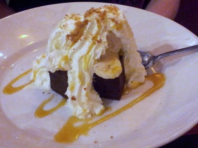 brownie façon banofee, caramel, chocolat et banane