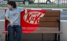 Kit-kat en banc public pub-street