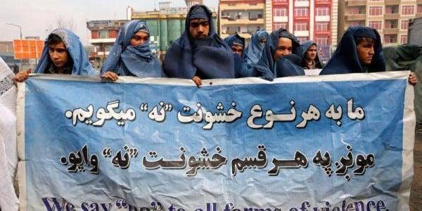 Des hommes en burqa défilent à Kaboul pour soutenir les femmes