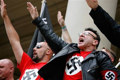 neo-nazis-saluting forum neo-fascitses à saint-petersbourg