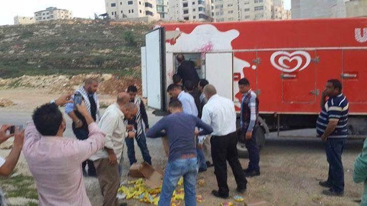 Des palestiniens brulent la cargaison d'un camion de glaces Strauss