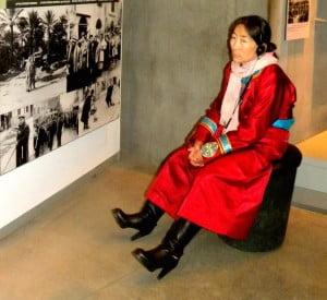 Ici une Mongole venue avec son groupe visiter Yad_Vaschem