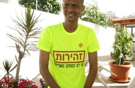 Elias-Inbram porte un tee-shirt je ne suis pas un clandestin africain