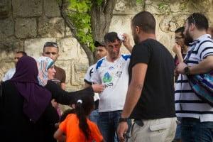 Un arabe palestinien soigné pour une blessure à la tête après avoir été agressé pour avoir osé participé à un évènement de « normalisation » avec des Juifs.