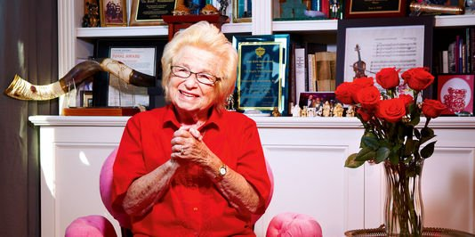 Dr Ruth Westheimer dans son appartement à Washington Heigt à hauteur de Manathan USA