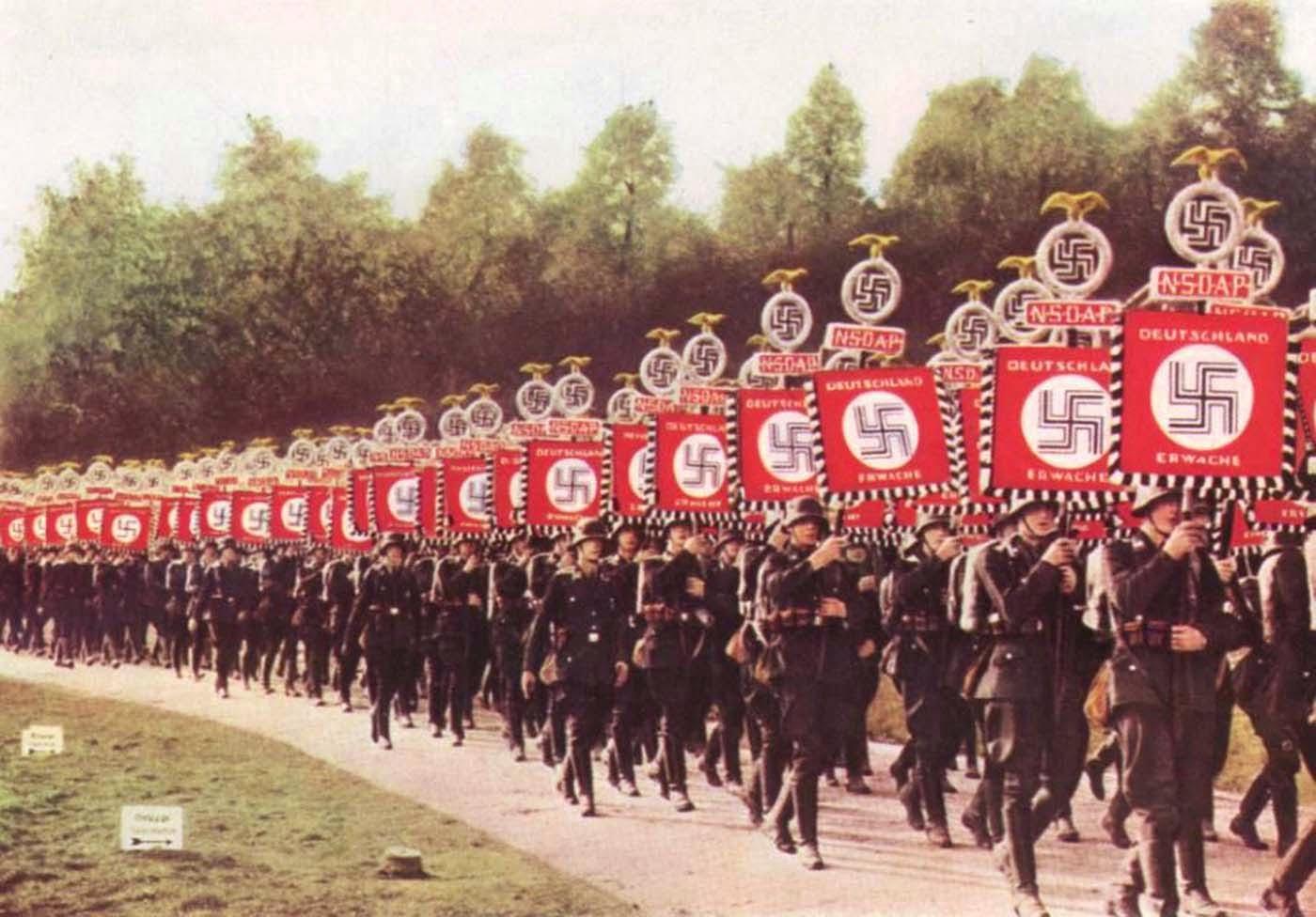 Un fil de discussion en mémoire des millions de victimes des nazis - Page 14 Nazis-on-parade.