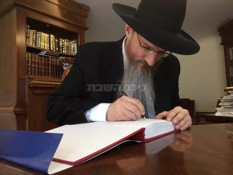 Le Grand Rabbin de Russie dédicace le premier livre de prière