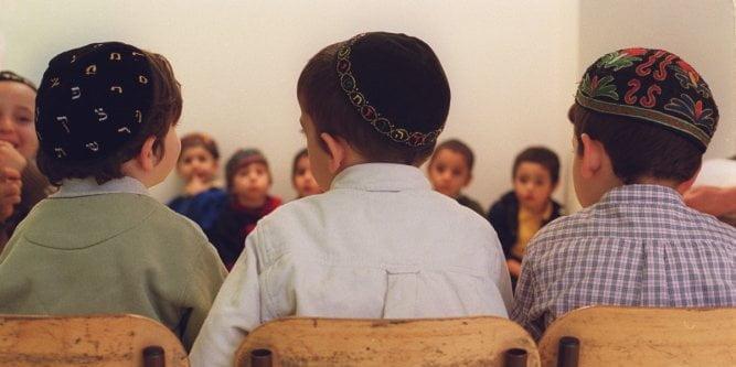 des-enfants-juifs-dans-une-ecole-privee_1807823_667x333