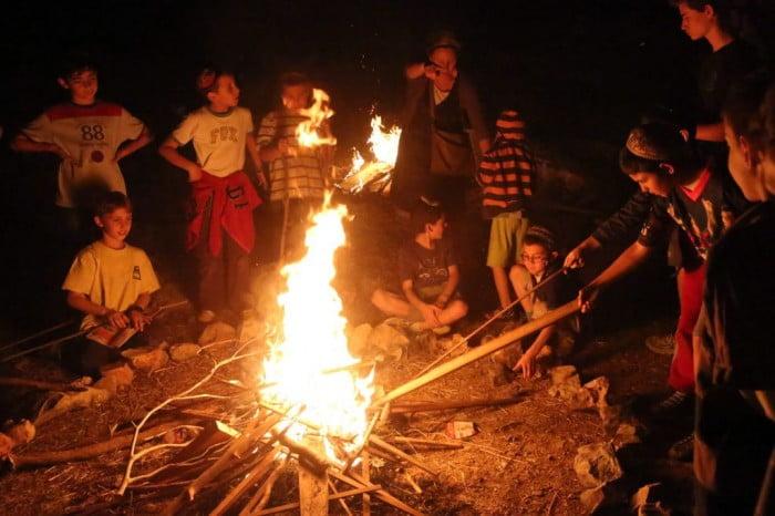 Des-enfants-juifs-réunis-autour-du-feu-pour-la-fête-de-Lag-BaOmer-à-Jérusalem-