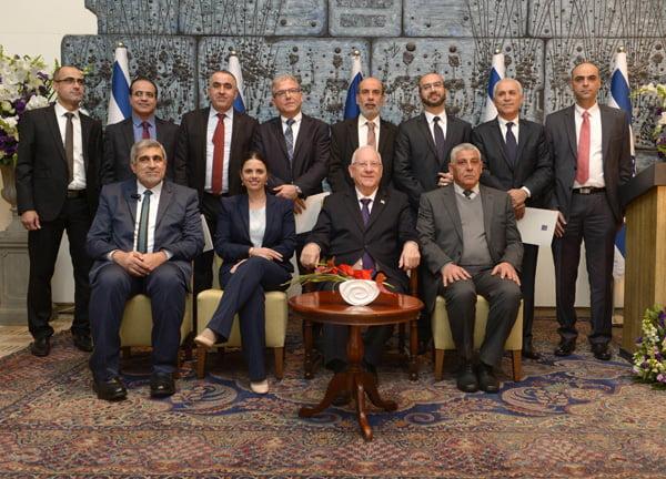 Le Président Reuven Rivlin entouré des nouveaux juges de la cour islamique israélienne