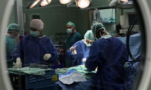 Des chirurgiens opérants à l'hopital Wolfson