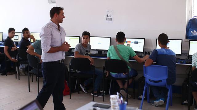 Haani Sandoka est le directeur du nouveau lycée technologique de Jérusalem-Est