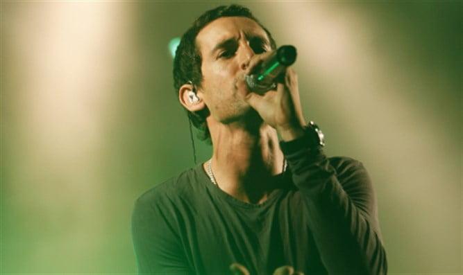Le concert d'un chanteur israélien gay divise une ville religieuse en Samarie