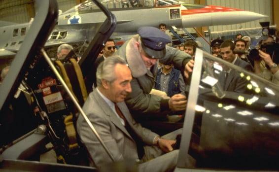 Le Premier Ministre Peres dans le cockpit d'un jet Lavi en 1985