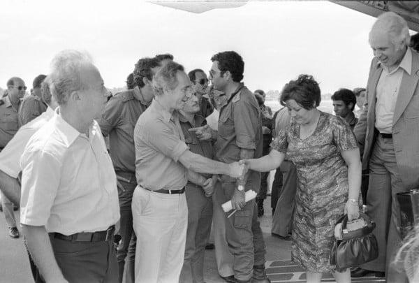 Shimon Peres, Ministre de la Défense et Ytshak Rabin, Premier Ministre, accueillent les otages libérés en Israël