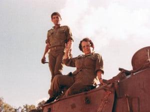 Mémé Hélène juchée sur un char de Tsahal en Israël