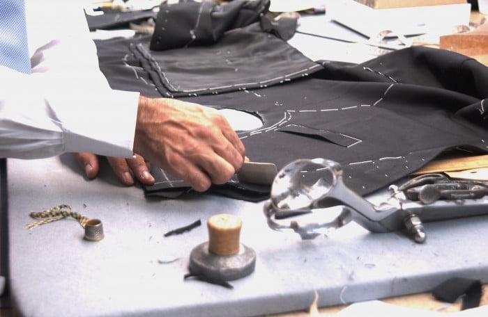 Avis à la population: le Mossad recrute… un maître-tailleur