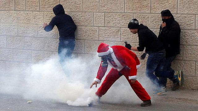 Israël: des manifestants palestiniens habillés en Père Noël