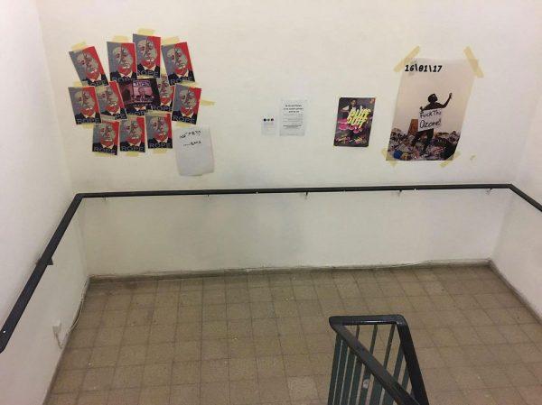Les affiches dans l'escalier de l'académie