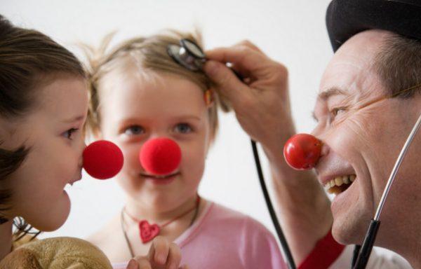 Le rire médecin rapproche les enfants
