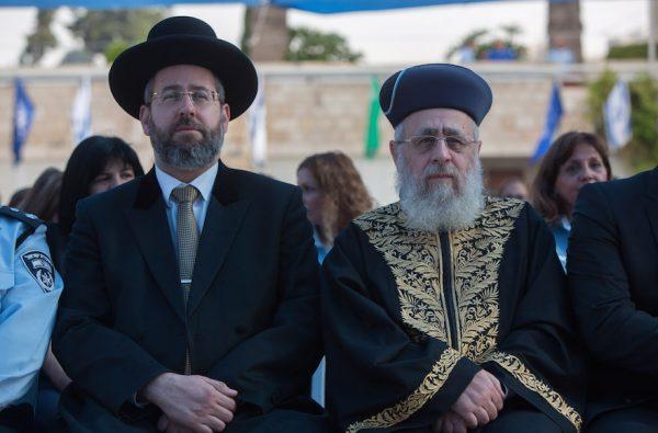 Le Rabbin ashkénaze David Lau, à gauche, et Rabbin séfarade Rabbi Yitzhak Yosef assistant à la cérémonie du Nouvel An au siège national de la police israélienne à Jérusalem, le 7 Septembre 2015. (Yonatan Sindel / Flash90)