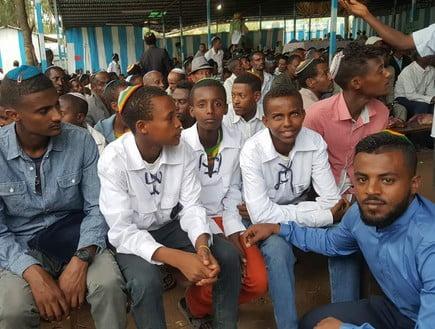 Molla (à droite) avec les jeunes en attente d'immigrer en Israël, en Ethiopie