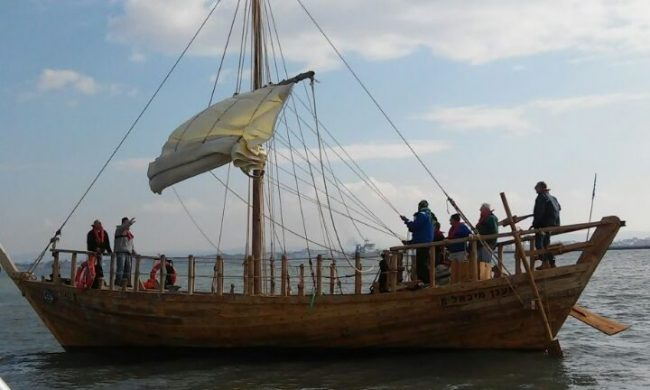 Israël: mise à flots de la réplique d'un navire vieux de 2500 ans