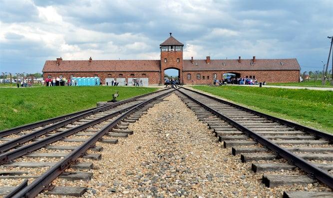 Un sauna russe utilise Auschwitz pour promouvoir son établissement