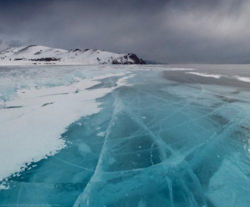 Un lac gelé en Sibérie