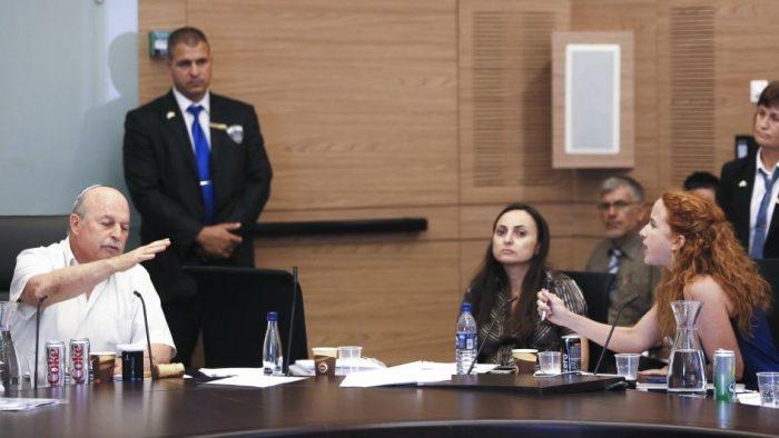 Stav Shaffir s'opposant au président de la Commission des Finances de la Knesset Nissan Slomiansky, juste avant d'en être expulsée