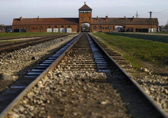 La voie de chemin de fer menant à Auschwitz