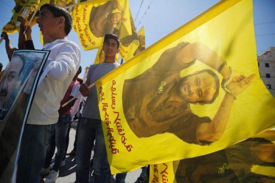 Manifestation lundi à Ramallah de soutien aux détenus palestiniens. Sur les drapeaux, le portrait de Marwan Barghouti