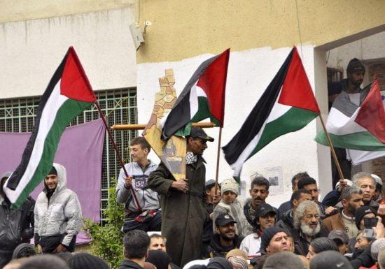 Les résidents palestiniens du camp de réfugiés de Yarmouk dans le district de Damas de Syrie lord d'une manifestation exprimant leur volonté de rester à l'intérieur du camp.