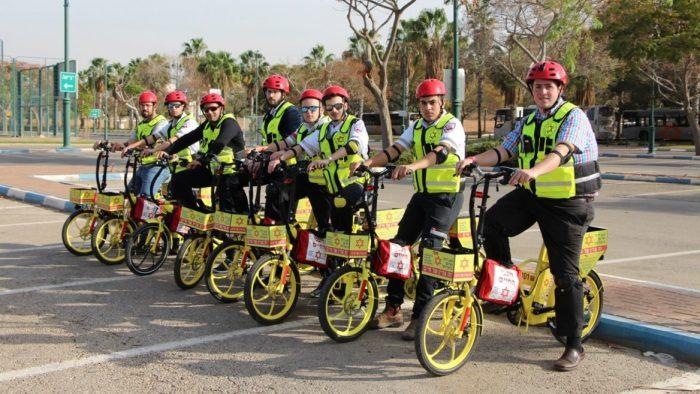 Israël: après les policiers à cheval, les secouristes à vélo
