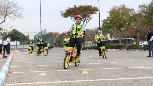 Des volontaires testent les nouvelles bicyclettes électriques d'intervention à Jérusalem