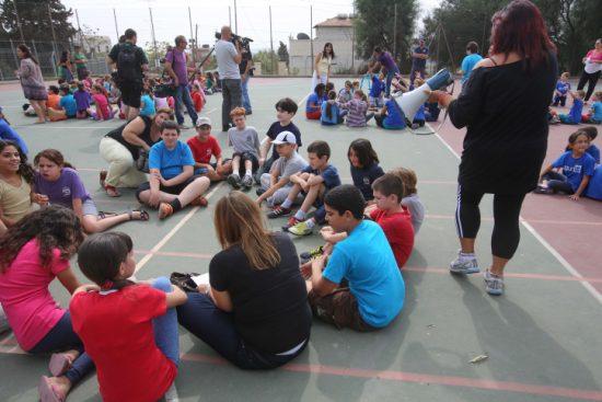 Des élèves israéliens participent à un exercice contre les tremblements de terre dans leur école