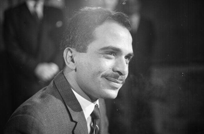 Le roi Hussein de Jordanie à l'aéroport de Londres, le 4 mai 1964. (George Stroud / Express / Getty Images)