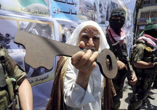 Un Palestinien tient une clé symbolique à côté des militants du Hamas lors d'un rassemblement après la Journée de la Nakba à Rafah, 2016 (REUTERS)