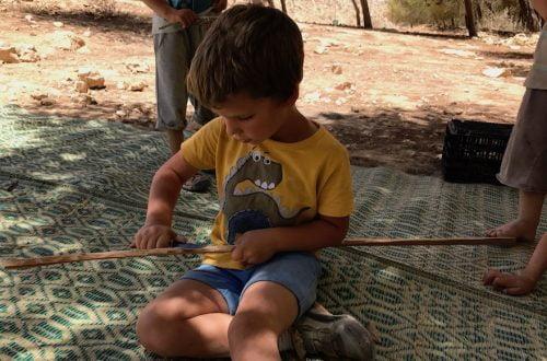 Un garçonnet taille un bâton avec un couteau à Mitzpe Ramon, Israël, le 13 juin 2017.
