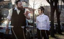 Dans la communauté juive ultra orthodoxe de Brooklyn, des batailles de veuf pour la garde de son fils. Un drame tendre accompli entièrement en yiddish, le film explore intimement la nature de la foi et le prix de la parentalité.