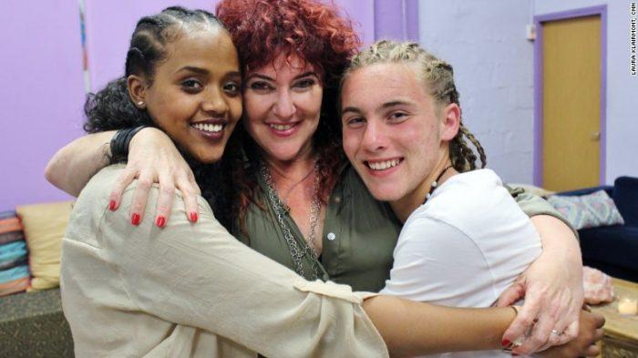 Mariuma Ben Yosef avec deux jeunes de Shanti House