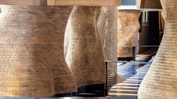 Les pieds du bar du Quattro en carton recyclé sculpté