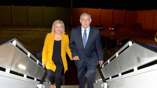 Benjamin Netanhayu et sa femme Sarah lors de leur embarquement pour l'Argentine