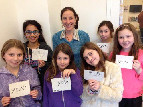 Julie Seltzer et ses jeunes étudiantes en calligraphie