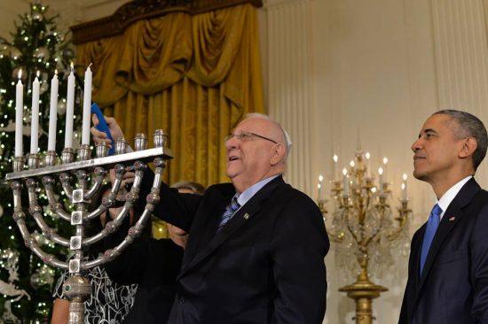 Le président Reuven Rivlin allumant la menorah de Hanoukka , à la Maison Blanche