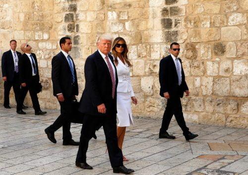 Le président américain Donald Trump (C-L) et la première dame Melania Trump (C-R) visitent l'église du Saint-Sépulcre dans la vieille ville de Jérusalem le 22 mai 2017. / AFP PHOTO / POOL / STRINGER / STRINGER / AFP