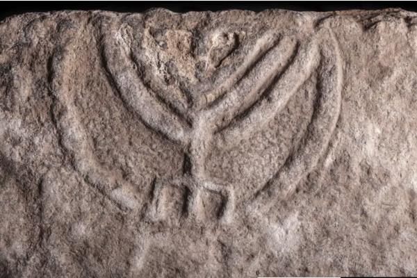 Israël: une dalle gravée d'une ménorah ancienne découverte lors de fouilles à Tibériade