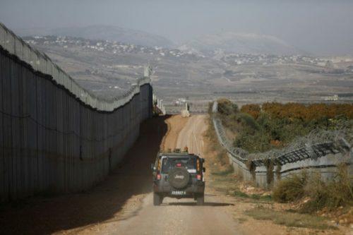 Un véhicule de l'armée israélienne roule le long de la frontière nord