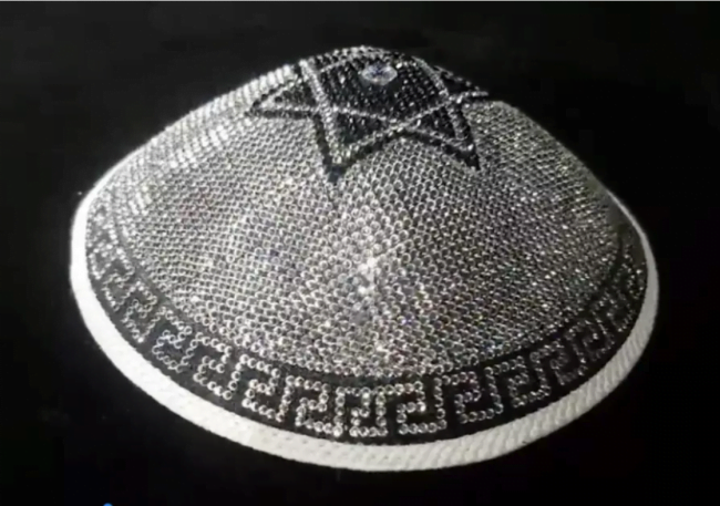 Après la kippa en cuir exotique, la kippa en diamants