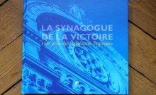 A l'occasion du 150èmeanniversaire de l'édification de la Grande Synagogue de Paris, le livreLa Synagogue de la Victoire, 150 ans de judaïsme françaisparaît aux éditions Porte-plume. L'ouvrage rédigé par dix-neuf spécialistes, retrace l'histoire de ce lieu emblématique et indissociable de celle du judaïsme français. Les auteurs apportent ainsi un éclairage pertinent de la gestion du fait religieux par la République française. En quoi La Victoire, a-t-elle participé activement aux différents combats de la Républiquepar le biais des différents pasteurs qui l'ont dirigée et des personnalités qui l'ont fréquentée? En quoi ce modèle imprégné d'universalisme juif et français, trouve son expression dans le modèle républicain de la France? Quel avenir pour un tel modèle? Lieu de vie, de culte, de culture, de cérémonies officielles, la Synagogue de la Victoire se prête à une réflexion pluridisciplinaire. Au fil de pages superbement illustrées, le lecteur s'imprègne de 150 ans d'histoire, de fait religieux, de musique, d'architecture, et de parcours personnels qui ont participé au rayonnement de la Grande Synagogue de Paris. Choix de Claude Layani